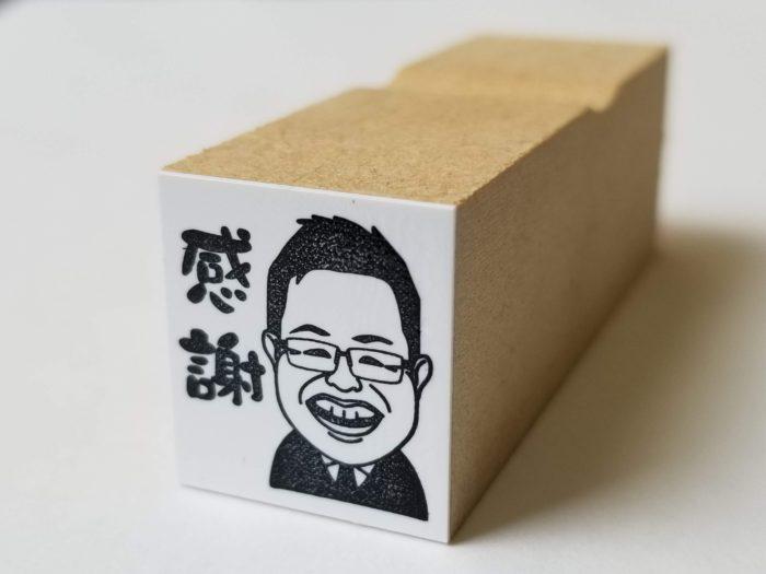 営業用の名刺に使える 似顔絵スタンプ(ハンコ)。印字面の大きさは約 2 × 2 cm | デザイズミ